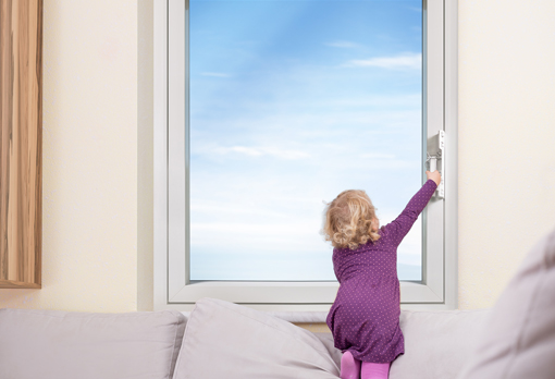 ISISAFE Kind will Fenster öffnen